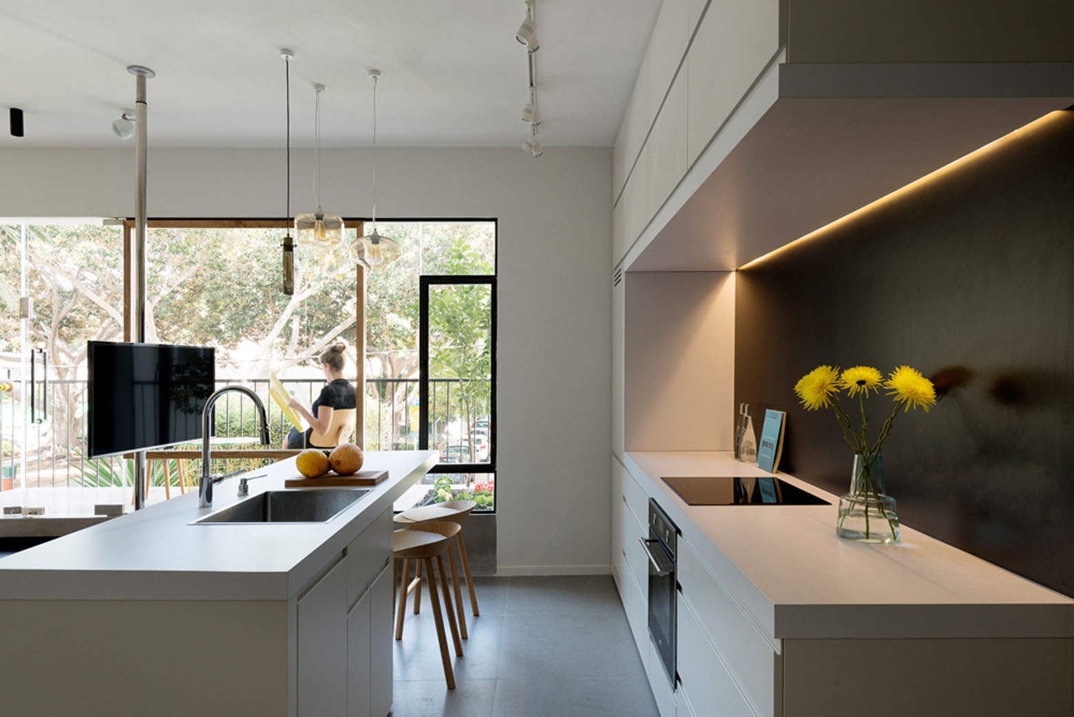 600 square foot apartment uses glass walls to create two - Illuminazione per cucine moderne ...
