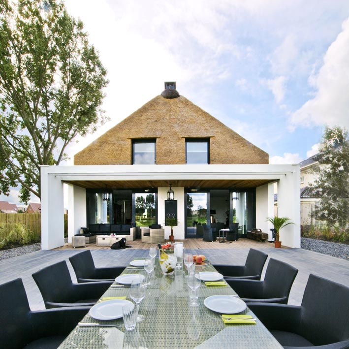 Dutch architect arjen reas was given the challenge to design a family home in zoetermeer