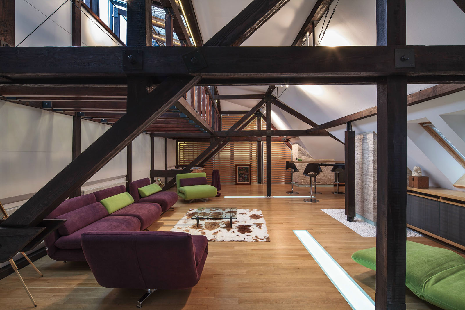 Wood structure defines contemporary renovated attic loft apartment in bucharest idesignarch for Amenagement grenier