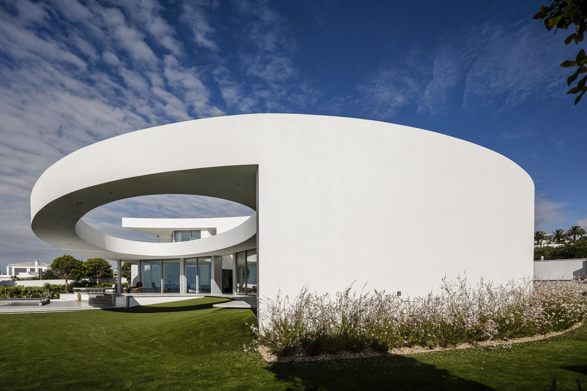 Contemporary Elliptical House With Organic Architectural