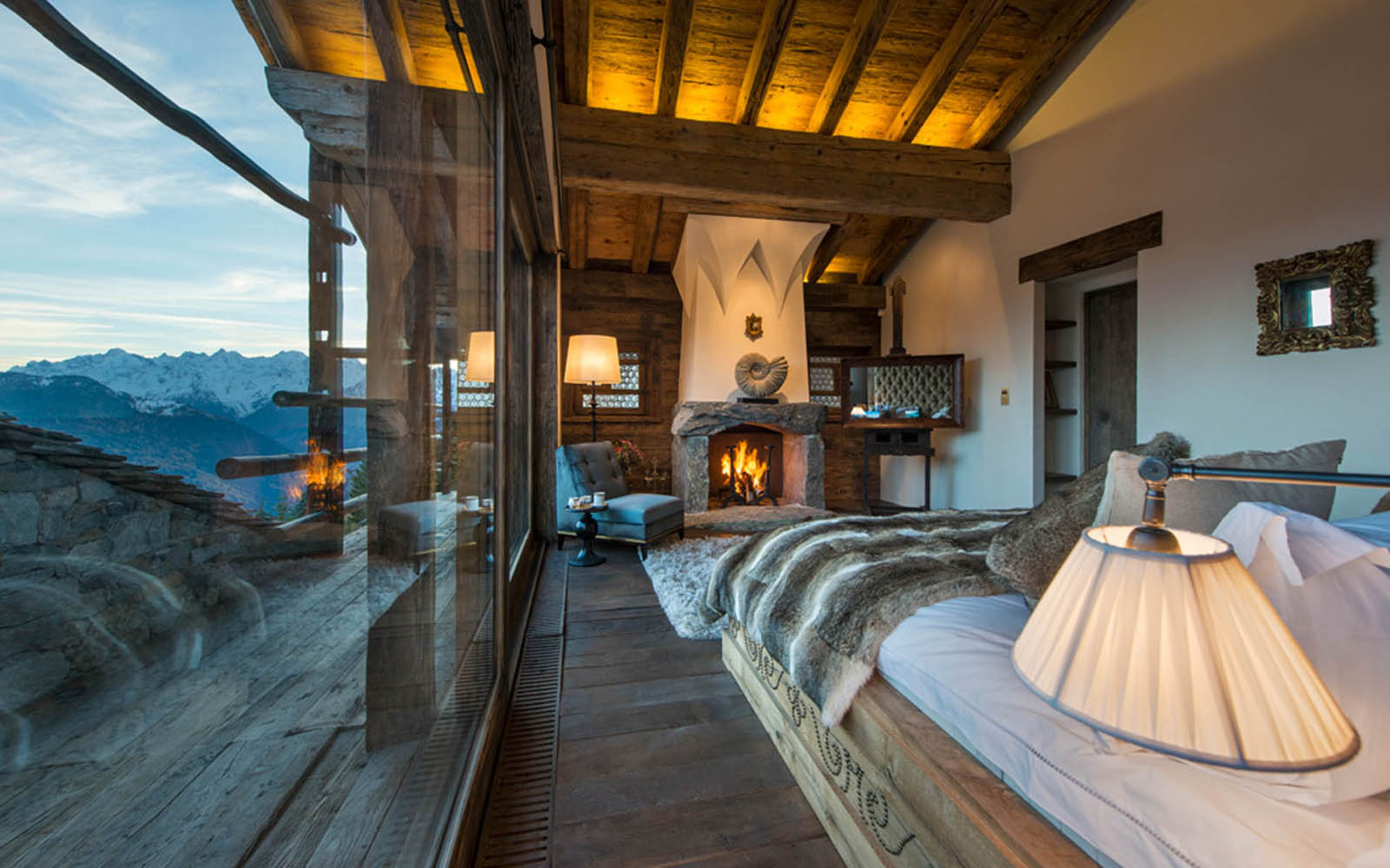 Les trois couronnes eco friendly chalet in verbier for Decoration interieur chalet montagne