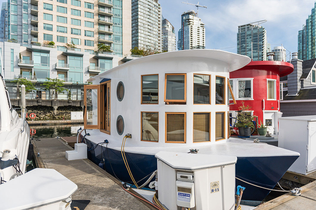 Modern Houseboat Living