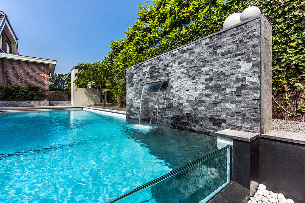 Dream backyard garden with amazing glass swimming pool for Piscine a debordement