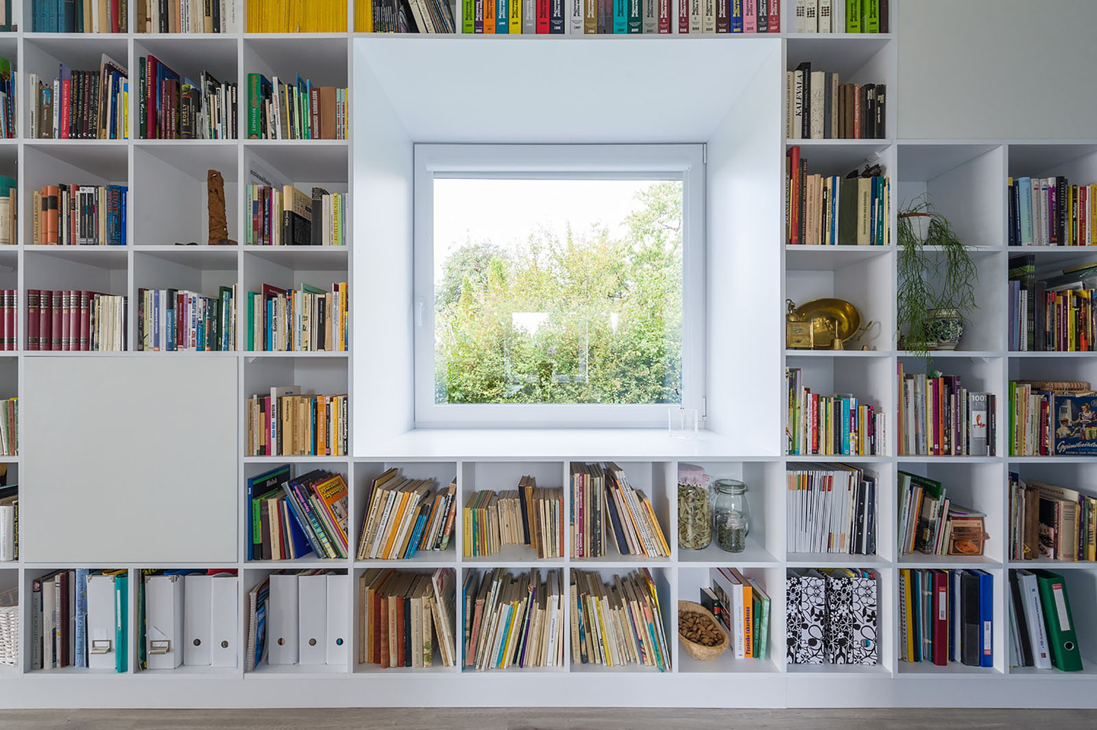 Minimalist House With A Long Wall Of Books | iDesignArch ...