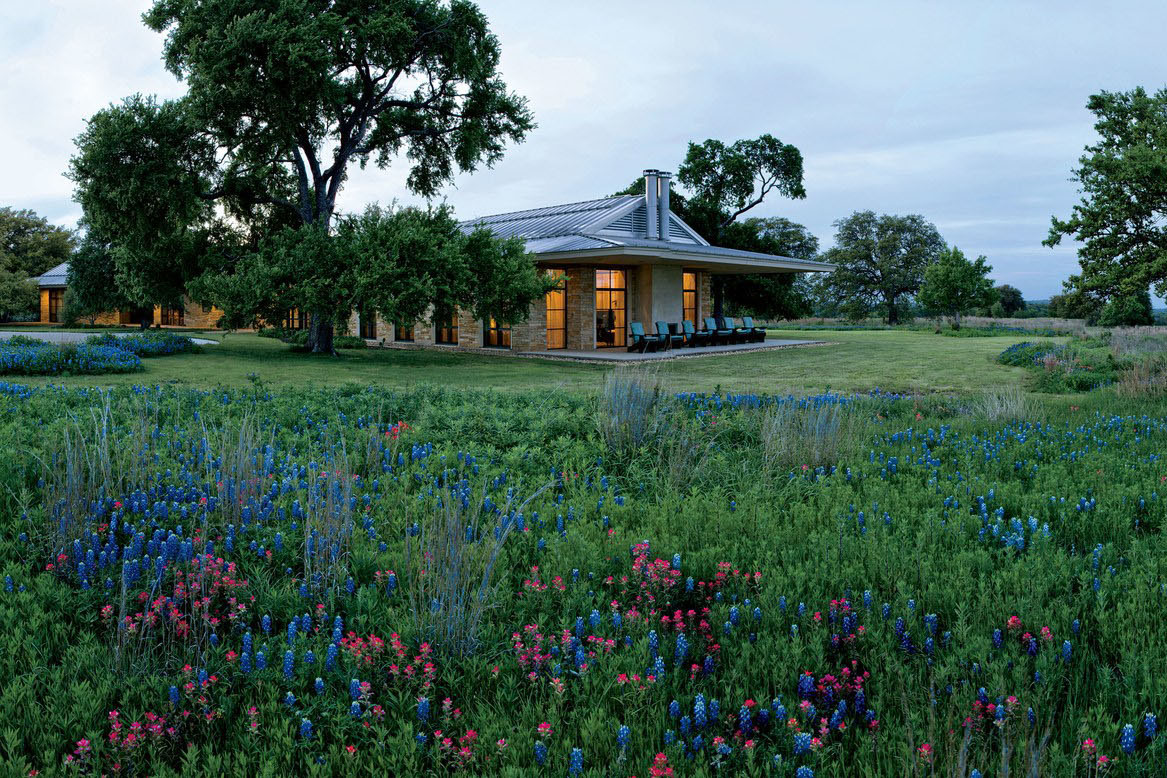 Inside laura and george w bush 39 s subtly rustic texas for Bush house designs