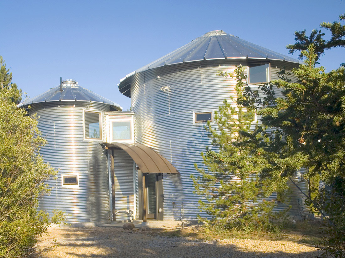 Build an inexpensive home using grain silos idesignarch for Kit build homes