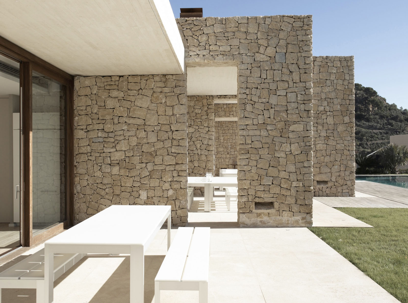 Minimalist stone house in monasterios with open courtyards for Minimalist wall