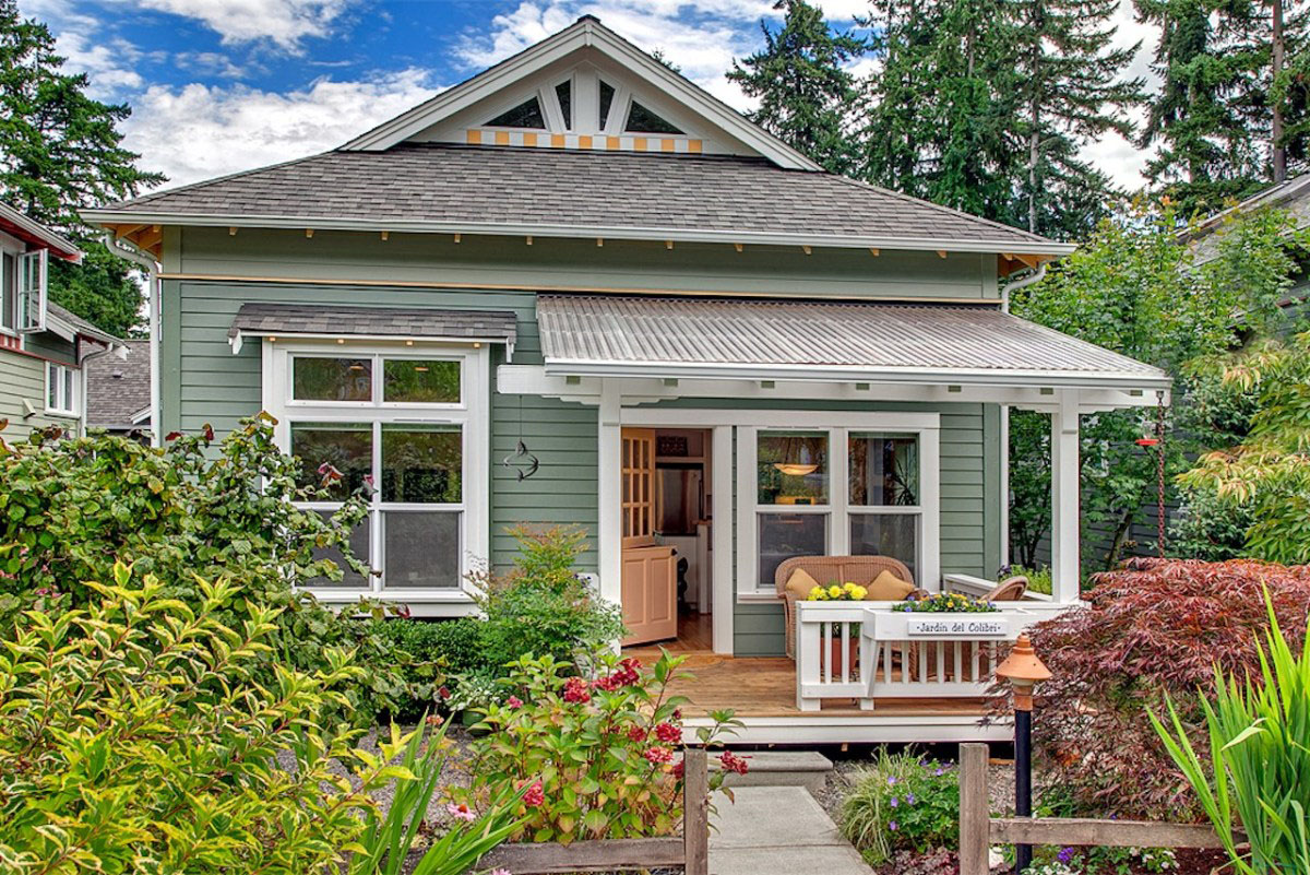 Craftsman designed small cottage with cozy courtyard for Small cozy home plans
