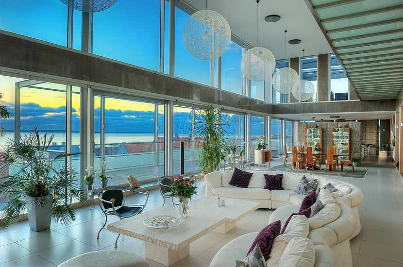 Stunning modern ocean view home with open floor plan for Home plans with a view
