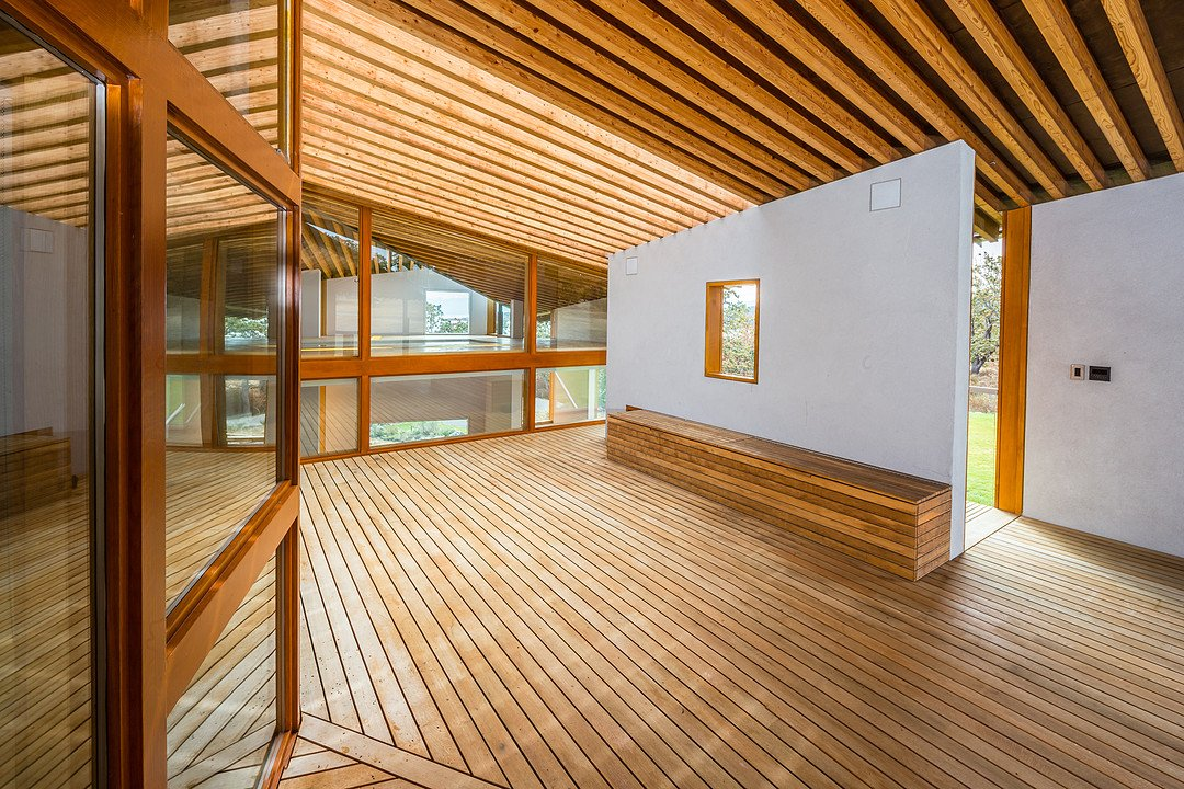 Iconic oceanfront house on vancouver island with cutting for Modern home design vancouver bc