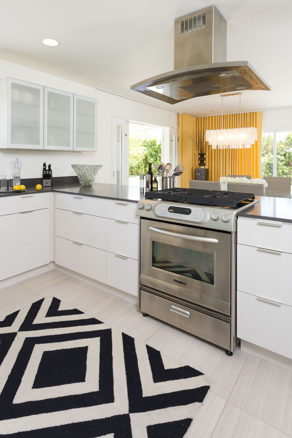 Palm springs home channelling the hollywood regency look for Modern home decor palm springs