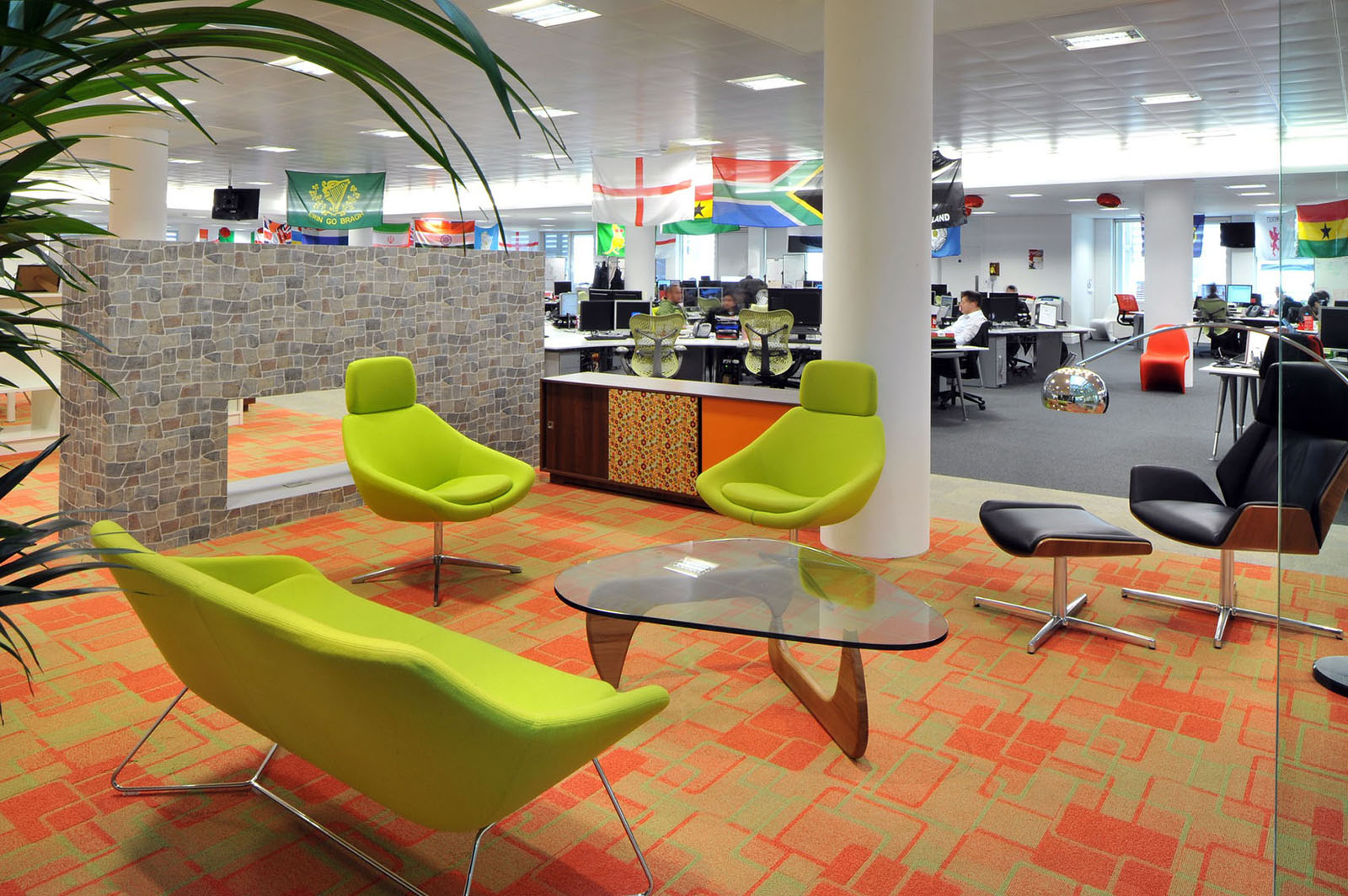 Inspiring british office interior design at rackspace for Cool office rooms