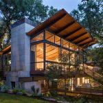 Modern Retreat Across a Ravine Built Between Heritage Oak Trees