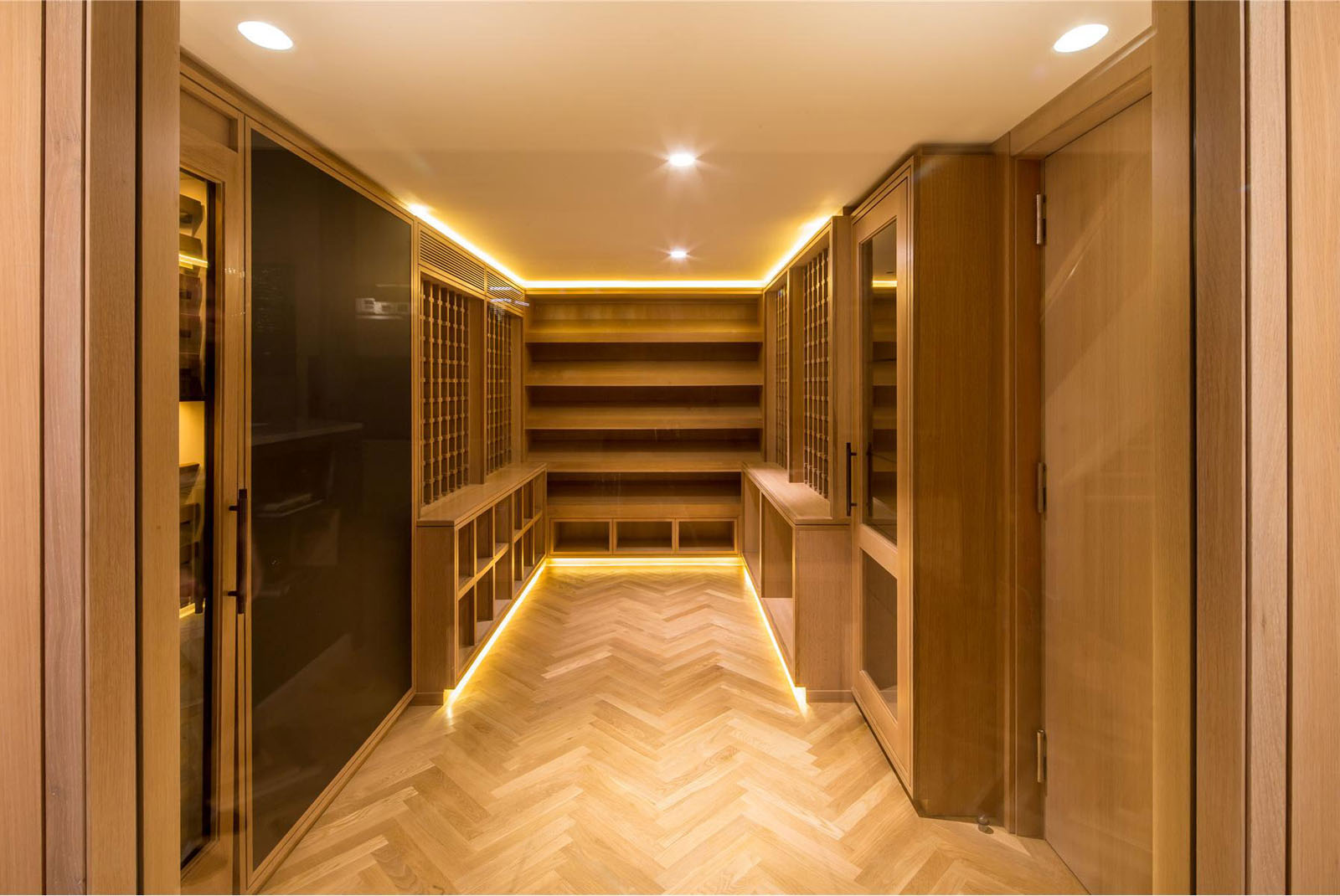 Large Walk-in Closet Dressing Room
