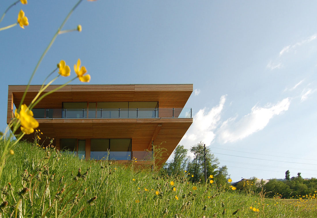 Modern house by the lake in switzerland idesignarch for Holzhaus moderne architektur