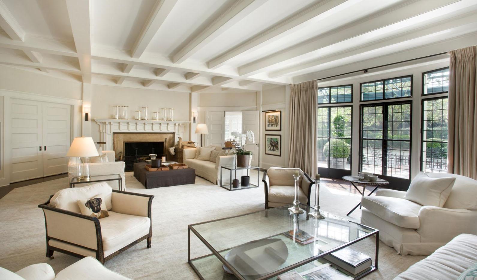 Дизайн гостиной с большими окнами и камином 59