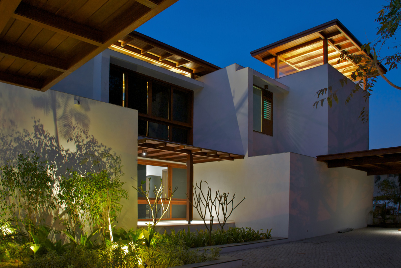 Timeless contemporary house in india with courtyard zen for Indian home garden design