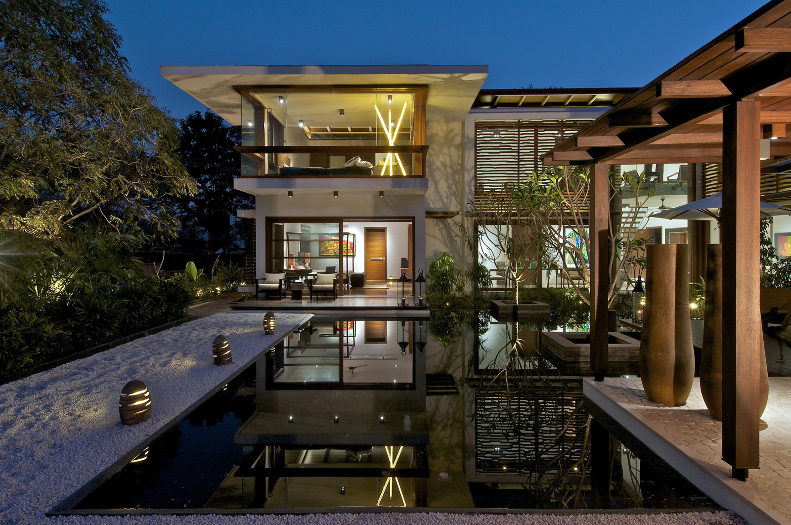 Timeless contemporary house in india with courtyard zen for Modern house with courtyard