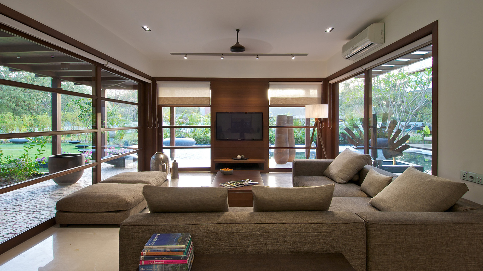 Timeless contemporary house in india with courtyard zen for Modern house design