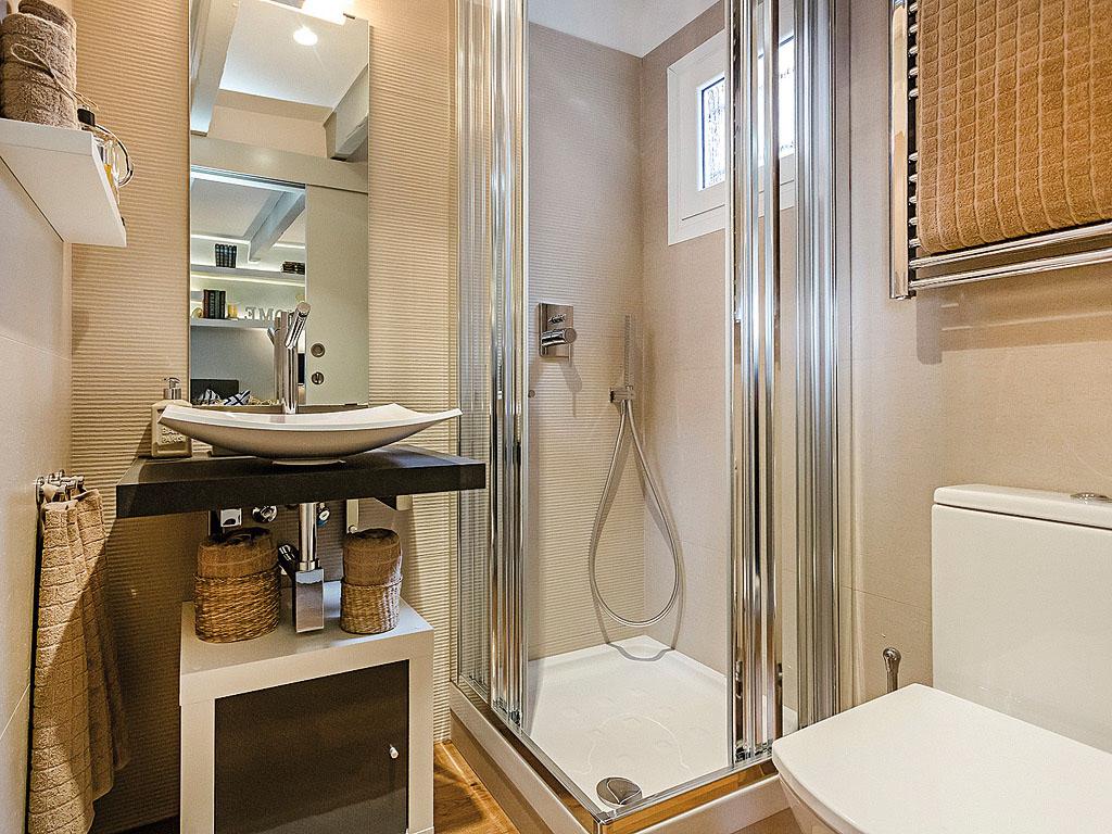 Charming tiny attic apartment with unique layout - Banos reformados antes y despues ...