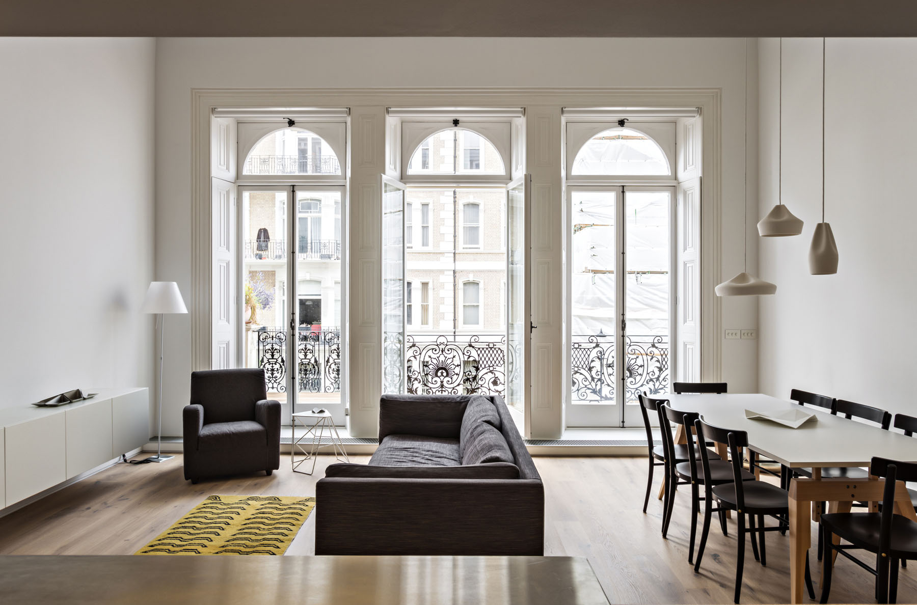 Modern redesign of a victorian era apartment in london for Minimalist victorian living room