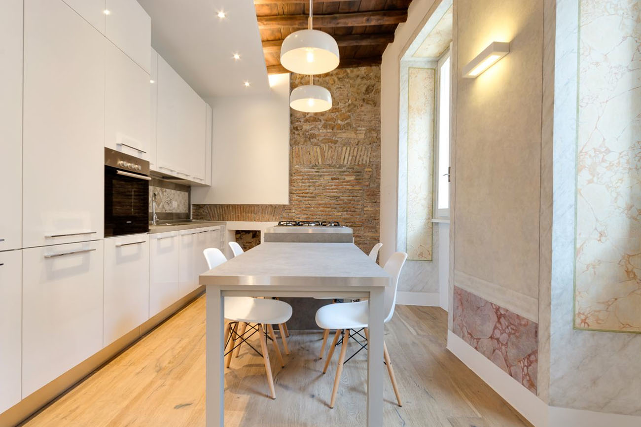 Charming apartment in rome with old wood structure and - Paredes decoradas modernas ...