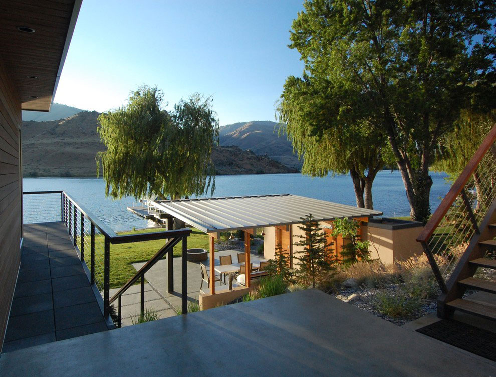 House by the river with mountain view and private dock