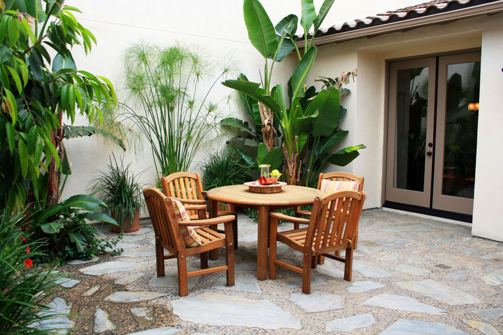 Intimate courtyards add character and coziness to private for Interior courtyard designs ideas