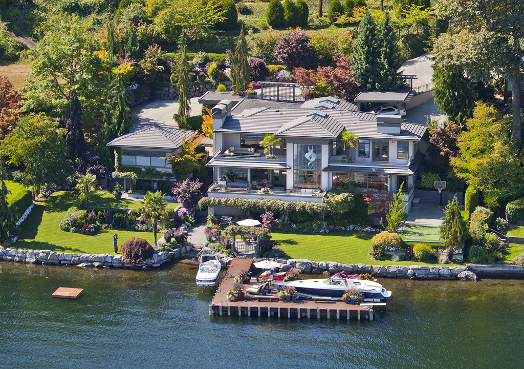Sophisticated Waterfront Estate In Medina With Private