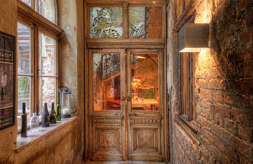 Brody house a quirky boutique hotel in budapest for Hotel door decor