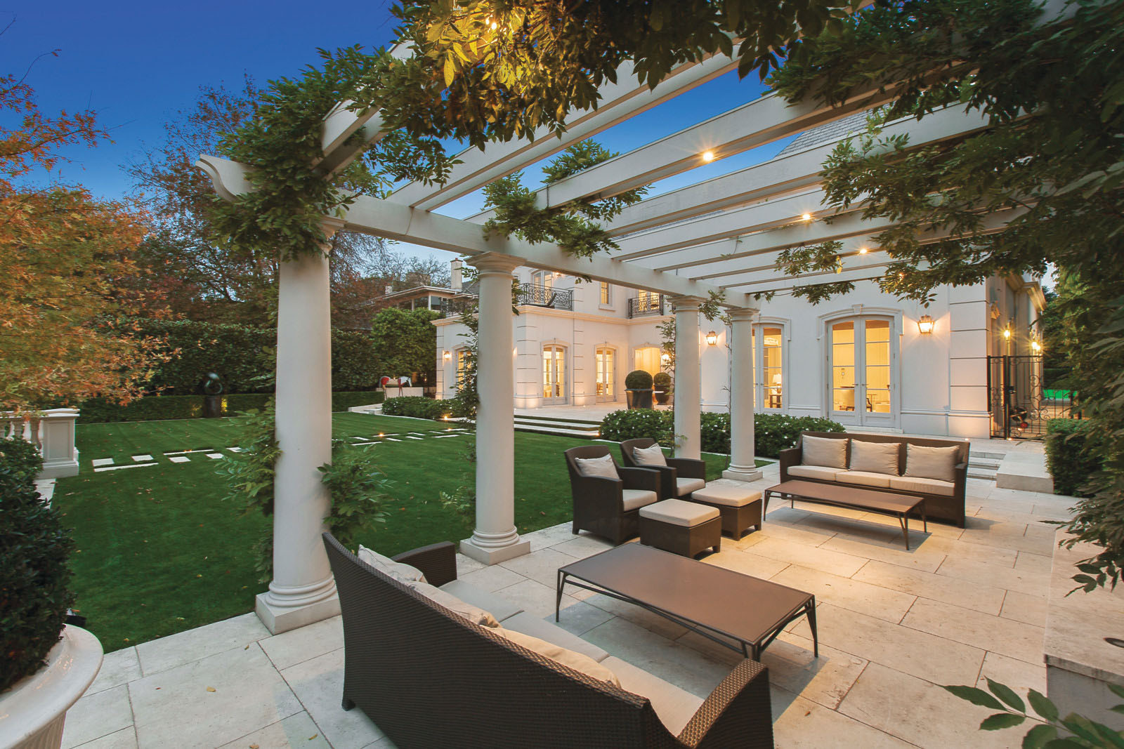 Elegant Al Fresco Dining Terrace