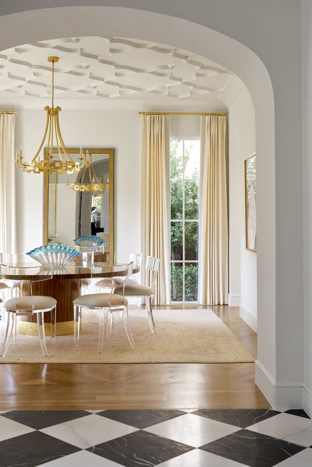 Dining Room with Arabesque-inspired pattern Plaster Ceiling