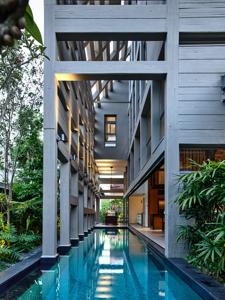 Indoor Outdoor Courtyard Swimming Pool Runs Deep Into A Modern House Idesignarch Interior Design Architecture Interior Decorating Emagazine