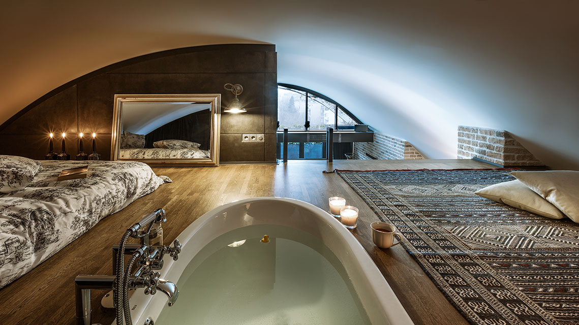 Sleeping Loft with Bathtub