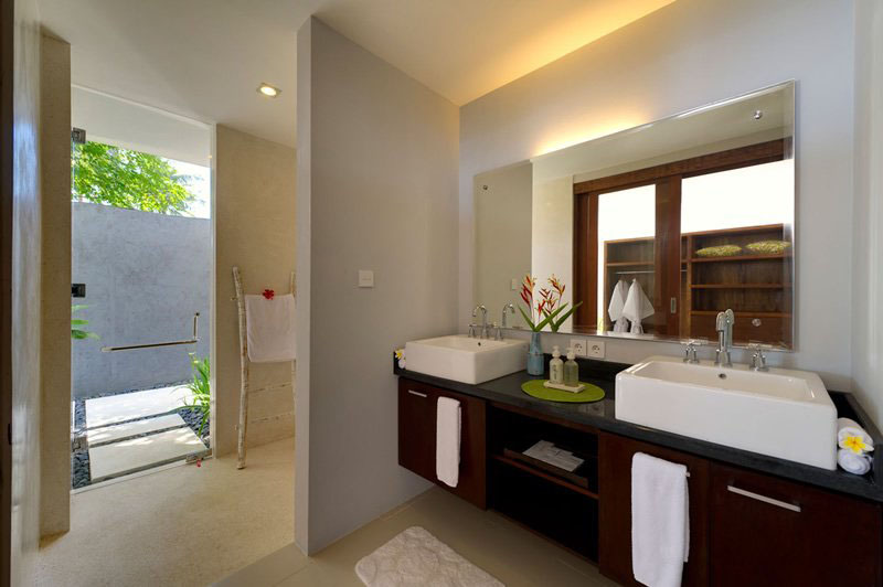 Bedroom with Outdoor Shower
