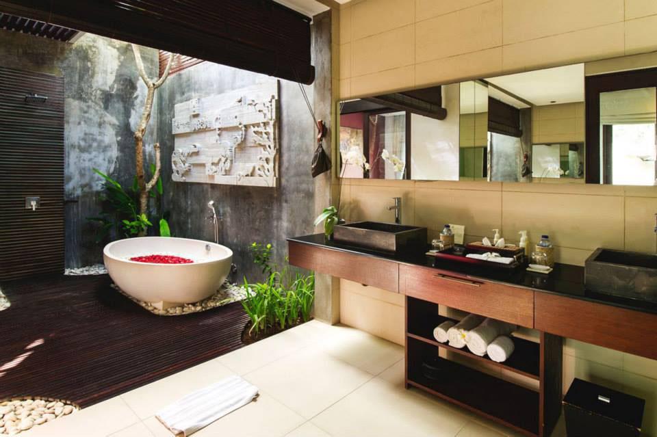 Modern-Romantic-Balinese-Outdoor-Showers-Chandra-Villa-Bali_6