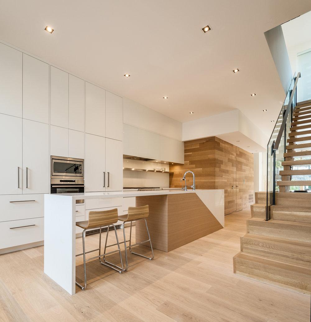 Narrow Semi-Detached House Features Modern Atrium Space